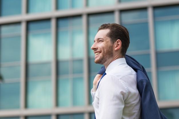Empresario exitoso y sonriente