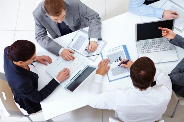 Emprendedores planeando una estrategia